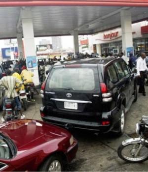 Queues at filling stations