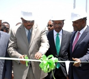Cutting the tape to declare the 2.5million mtpa capacity Dangote Cement plant in the Mugher District plant open is the Prime Minister, Federal Democratic Republic of Ethiopia, Hailemariam Desalegne, Alhaji Aliko Dangote, right, the Governor, Central Bank of Nigeria (CBN) Godwin Emefiele, second right, Left is the President of The Oromia National Regional State – His Excellency Ato Muktar Kedir