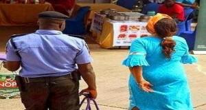 Nigeria-police-carry-hand-bag