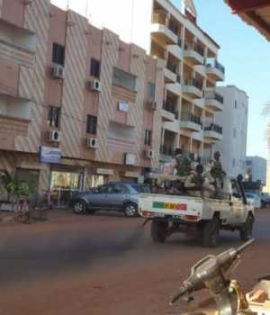 Security forces drive near the Radisson hotel in Bamako, Mali, November 20, 2015. Gunmen shouting Islamic slogans attacked a luxury hotel full of foreigners in Mali's capital Bamako early on Friday morning, taking 170 people hostage, a senior security source and the hotel's operator said. REUTERS/Adama Diarra