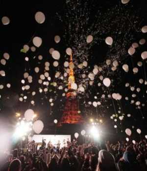 Revellers in Japan released balloons in front of Tokyo Tower