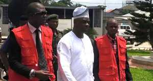 Air Marshal Adesola Amosu sandwiched by EFCC operatives in court