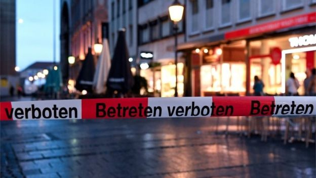 Munich shopping mall attacked by gunmen cordoned