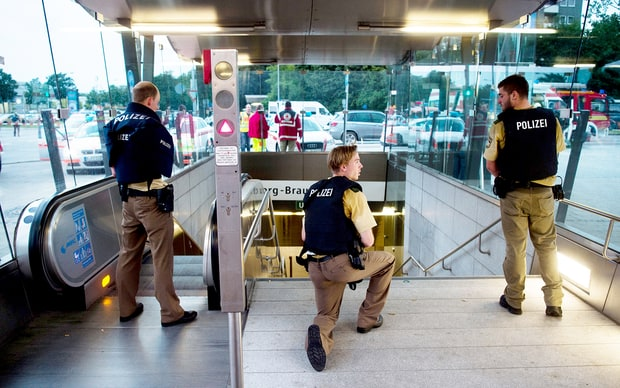 Munich shopping mall surrounded by German police