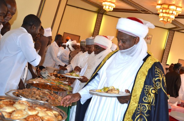 Sultan Sa'ad leading other dignitaries including Governor Aminu Waziri Tambuwal and Aliko Dangote at a lunch organised to commemorate this year's eid-el-kabir in Sokoto.