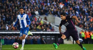 Suarez scored twice to keep Barca atop