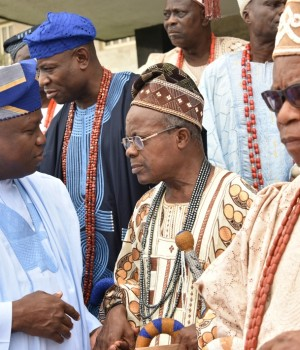 Gov. Ambode discussing with other Lagos Obas