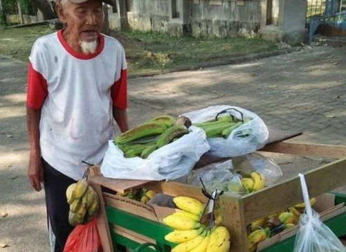 Suratman, 94-yr-old Indonesian banana seller dispossessed of his money