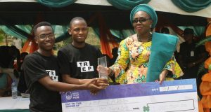 Mrs Akeredolu resenting cheque to the winning team