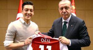 Mesut Özil (L) presented President Erdogan with his Arsenal shirt