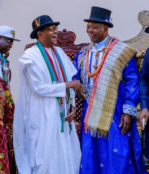 Buhari speaking with Bayelsa State Council of Traditional Rulers, His Majesty Alfred Diette-Spiff in Bayelsa. With them is Gov. Dickson