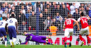 Hugo Lloris saved Pierre-Emerick Aubameyang's penalty in injury time
