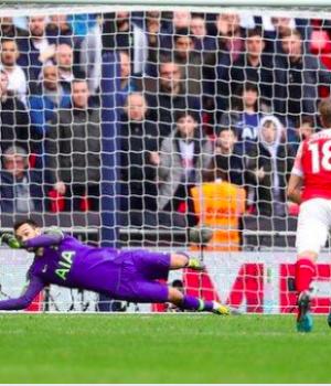 Hugo Lloris saved Pierre-Emerick Aubameyang's penalty in injury time