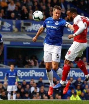 Everton dent Arsenal top-four title hope