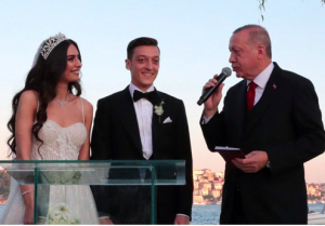 Ozil weds Amine Gulse with Turkish President as best man