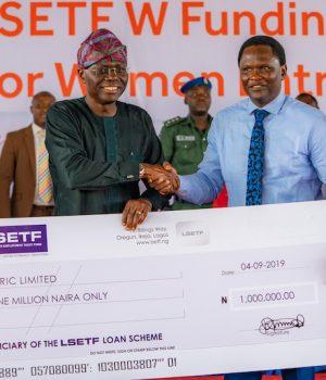 Gov. Babajide Sanwo-Olu presents N1m cheque to the representatives of Tumeric Ltd
