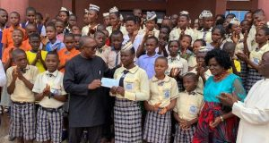 Peter Obi with students of Ekwu Memorial