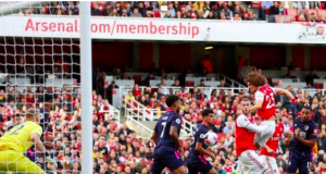Luiz goal pushes Arsenal to third point