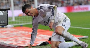 Cristiano Ronaldo nurses knee injury