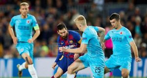 Messi held massively by SlaviaPraque players
