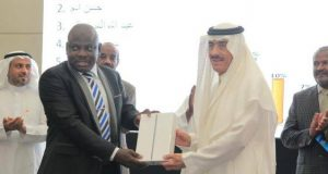 Dr. Ahmad Rufa'i receiving his award from IDB President, Dr. Bandar Hajjar