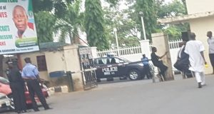 Police-at-APC-secretariat-in-Abuja-2