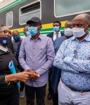 Gov. Sanwo-Olu and Rotimi Amaechi at the scene of the accident