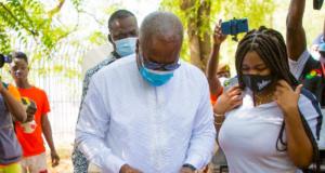 John Mahama casts his ballot
