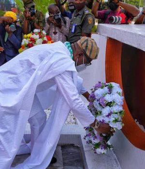 Gov. Babajide Sanwo-Olu laying the wreath