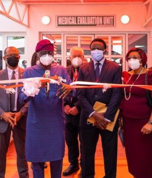 Access Bank boss, Herbert Wigwe; Lagos Commissioner for Health, Prof. Akin Abayomi; Governor Babajide Sanwo-Olu; Executive Chairman, Reddington Group, Dr. Adeyemi Onabowale; his wife, Oludayo and Chief of Surgery & Group MD, Reddington Hospital, Dr. Olatunde Lalude,